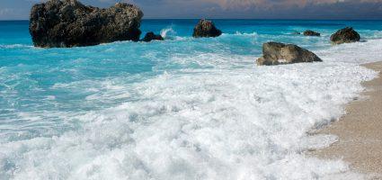 """""""Sii come le onde del mare, che pur infrangendosi contro gli scogli hanno la forza di ricominciare."""""""