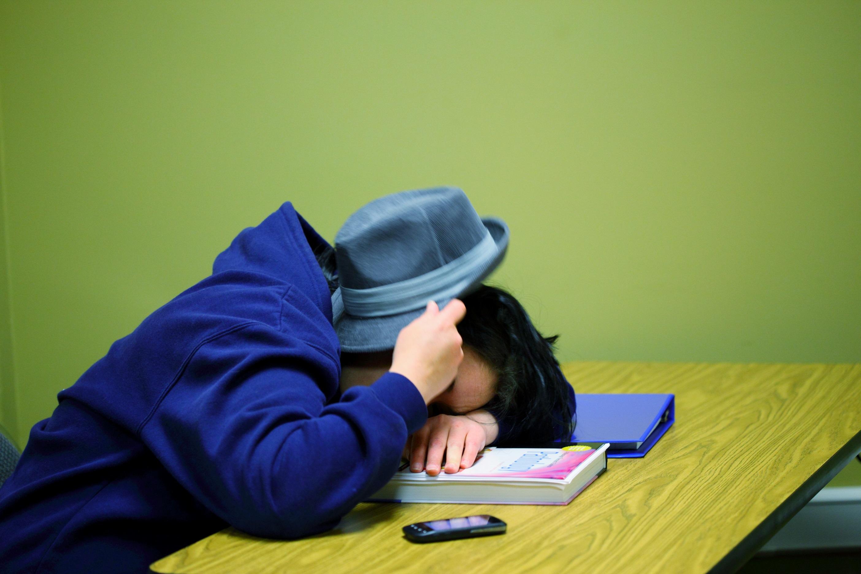 Studente addormentato sul libro