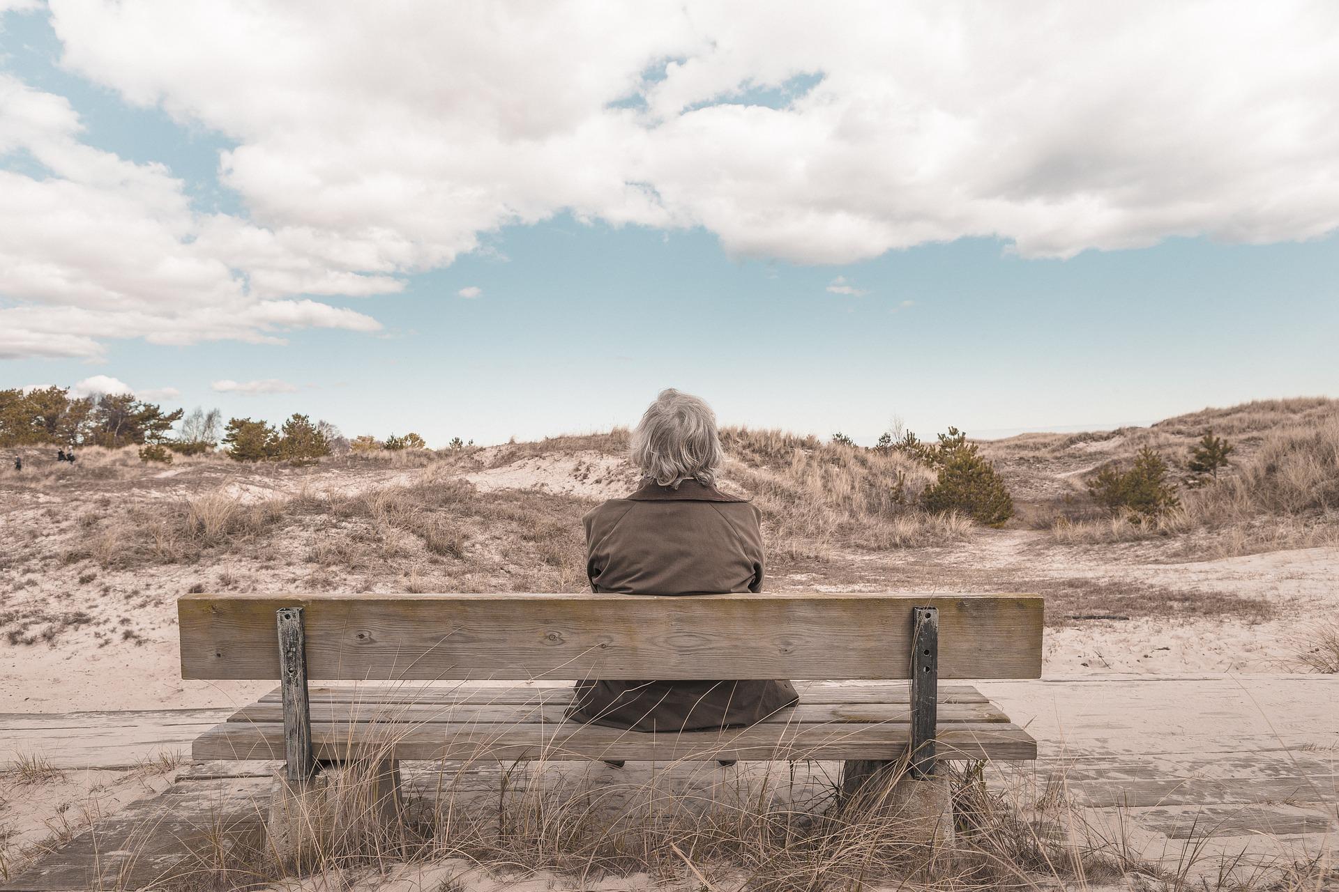 anziano sulla panchina